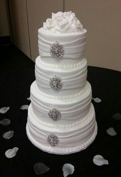 Superior Columbia SC Region. White Wedding Cake With Brooches. (