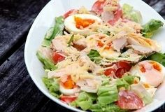 Preparation: A chicken breast to cook on steam (so it will be juicier) or boiled, cut into medium-sized pieces. Cucumber, lettuce and tomato wash, dry. Salad to break up or coarsely chopped and put to the chicken. Cucumber cut lengthwise and cut into slices.