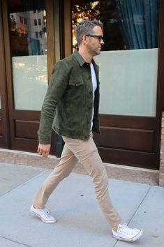 Ryan Reynolds Photos Photos - Actor Ryan Reynolds was spotted out and about in New York City, New York on September He wore a green jacket, white shirt, and brown pants while he was out. - Ryan Reynolds Heads Out in NYC White Converse Outfits, Outfits Casual, Converse Style, Stylish Mens Outfits, Mode Outfits, Men Casual, Stylish Man, Converse Sneakers, Green Jacket Outfit