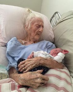 Kids Discover 124 Photos Of Grandparents Meeting Their Grandchildren That Will Make You Weak In The Knees Grands Parents Grandchildren Old Mother Old Age Forever Old Women Belle Photo Make Me Smile Cute Babies