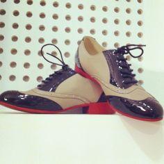 Zapatos Oxford en tonos beige y negro acharolado