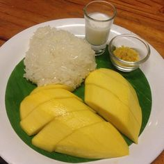 mango & sticky rice Sticky Rice Recipes, Spicy Recipes, Sweet Recipes, Coconut Soup, Coconut Curry, Thai Mango, Tasty Thai, Mango Sticky Rice, Pork Stir Fry