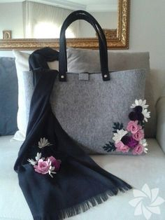 Cot flowers in corner of the bag gives nice touch to any outfit. Handmade Handbags, Handmade Bags, Fashion Bags, Fashion Accessories, Felt Purse, Felt Bags, New Handbags, Quilted Bag, Felt Flowers