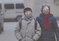 中國大陸近幾年深受霧霾肆虐,民間一種傳聞霧霾中的PM2.5已經導致眾多人染病甚至死亡,但是中國官方一直對此有所隱瞞。但在2月4日中國出爐首個評估PM2.5長期暴露對公眾健康所產生影響的研究報告顯示,大陸31個城市因PM2.5多,已死26萬。這只是中共官方目前給出的數據,至於真相到底如何,至今仍是未知數。