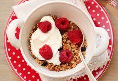 Hjemmelaget granola – frokostfavoritten My Favorite Food, Favorite Recipes, My Favorite Things, Great Recipes, Healthy Recipes, Healthy Food, Granola, Acai Bowl, Raspberry