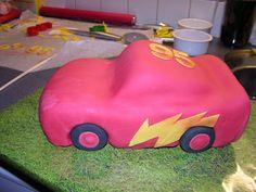 Som lovet kommer her et forsøg på en how-to på Lynet McQueen.  Jeg bruger ikke specielle forme til mine kager. Har faktisk kun springforme ...