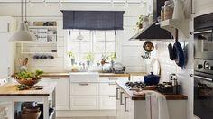 Ve venkovské kuchyni se nebojte staré nádobí použít jako dekoraci Foto: