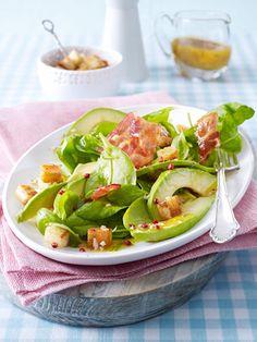 Gebratener Speck und krosse Brotwürfel sorgen für köstliche Knuspermomente im Avocado-Spinat-Salat.