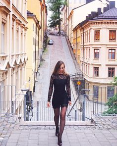 Dinner walk to @hiltonstockholm restaurant & bar Eken. And I was so glad NOT to walk all the way up in my new @maipiusenza_official heels  I actually love these kind of small streets in Stockholm. It is so easy to hide and shock someone  buhhh Do you want to see what we ate there?  #stockholm #slussen #slussenstockholm #stockholmslussen #travelblogger #travelblogger_de #modeblogger #modeblogger_de #fashionblogger #fashionblogger_de #maipiùsenza #hiltonstockholm #hhonors #hilton #spitzenkleid…