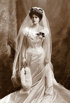 Vintage Gowns, Vintage Outfits, Vintage Fashion, Vintage Wedding Photos, Vintage Bridal, Vintage Weddings, Royal Brides, Royal Weddings, Wedding Attire