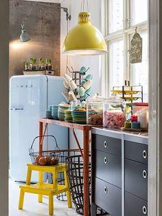 Malgré ses formes vintages et ses couleurs pop, le frigidaire Smeg trouve sa place dans tous les intérieurs.