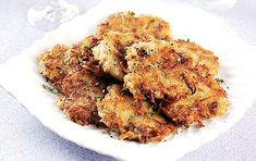 This potato rosti recipe is a tasty Swiss potato brunch. It can be served topped with an egg, bacon or even smoked salmon. It's quick, easy & delicious. Brunch Dishes, Brunch Recipes, Snack Recipes, Cooking Recipes, Yummy Recipes, Recipies, Snacks, Potato Rosti Recipe, Potato Recipes