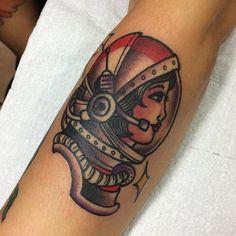Tatuagem criada por Rafael Ortega de São Paulo.    Astronauta em old school.