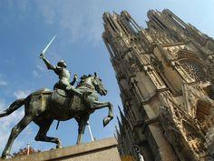 Au coeur de la Cité des Sacres REIMS. Statut-de-Jeanne-d-Arc-Reims.