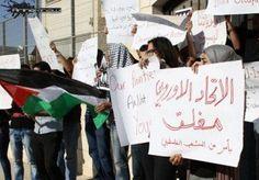 Jóvenes palestinos protestan frente a las oficinas europeas en Ramalá