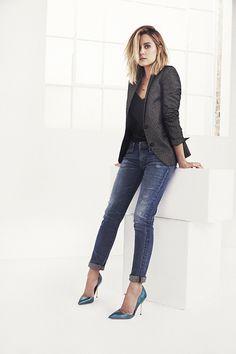 """Um típico look """"do trabalho para a balada"""". A calça jeans com a barra dobrada , combinada com uma camisa e um blazer é bem versátil e pode ser usada com sapatilha para o trabalho e com salto para o happy hour depois do expediente! Love this jacket and look (and let's be honest her in general)"""