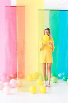 Pastel Shades Curtains and Balloons Used for a Wonderful DIY Photo Booth Backdrop Diy Wedding Backdrop, Diy Backdrop, Backdrop Photobooth, Paper Backdrop, Photo Backdrops, Photography Backdrops, Diy Fotokabine, Fun Diy, Party Kulissen