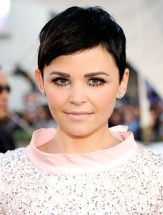 Ginnifer Goodwin: Going for a mod beauty moment, Ginnifer Goodwin arrived at the AMAs with her dark brunette pixie perfectly coiffed. She finished the look with pink cheeks, defined lower lashes, and a pale-pink lip that complemented her frock. Short Wedge Hairstyles, Pixie Hairstyles, Celebrity Hairstyles, Pixie Haircuts, Pale Pink Lips, Pink Cheeks, Ginnifer Goodwin, Ginny Goodwin, Twiggy