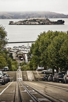 The tracks of the Hyde/Powell cable cars in San Francisco with Alcatraz Island. Baie De San Francisco, San Francisco California, Places To Travel, Places To See, Ville New York, Equador, Pacific Coast Highway, California Travel, California Love