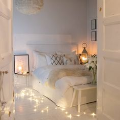 There are a lot of natural ways of decorating your bedroom. For example, you can use natural gifts like wonderful looking sea shells, glass, pine cones etc. Using these items can result in a brilliant texture to the bedroom decoration. Bedroom Decor For Small Rooms, Home Decor Bedroom, Bedroom Ideas, Bedroom Décor, Natural Bedroom, Teen Bedroom Designs, Cozy Room, Aesthetic Bedroom, Dream Rooms