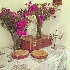 Detalle decoración floral para mesa de quesos en evento privado