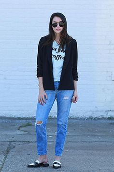 Loose boyfriend jeans, a tee, blazer, and flat mules - we love this outfit for the weekend (click for more!)