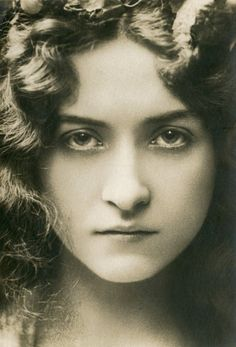 Maude Fealy (March 4, 1883 – November 9, 1971) was an American stage and silent film actress who survived into the talkie era. Description from picsofcelebrities.com. I searched for this on bing.com/images