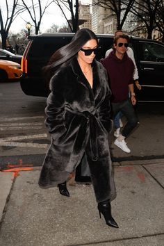 Kim Kardashian en manteau Louis Vuitton et cuisardes Balenciaga