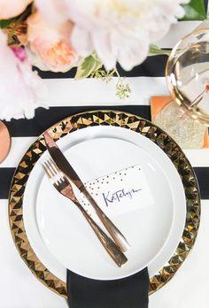Ritmo de festa! | http://marionstclaire.com/decoracao-dourada-cha-de-lingerie Chá de cozinha dourado, preto e rosa | Chá de cozinha moderno #chadepanela #chadecozinha #chadelingerie