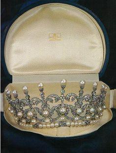 tiara de  perlas y  diamantes. Regalo del rey  Umberto II de Italia dio a su hija María Gabriela de Saboya.