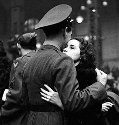 """""""Se sapessi che oggi è l'ultima volta che ti vedo uscire dalla porta, ti abbraccerei, ti darei un bacio e ti chiamerei di nuovo per dartene altri. Se sapessi che oggi è l'ultima volta che sento la tua voce, registrerei ogni tua parola per poterle ascoltare una e più volte ancora. Se sapessi che questi sono gli ultimi minuti che ti vedo, direi """"ti amo"""" e non darei scioccamente per scontato che già lo sai. […]"""" Gabriel Garcìa Màrquez. Foto di Alfred Eisenstaedt."""