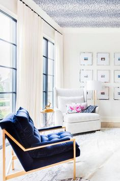 Looking to update your home? Statement ceilings are a big 2018 home trend. See all 10 design and decor trends and learn how to add them to your home! statement ceilings: Looking to update your home? Home Living Room, Living Room Decor, Living Spaces, Living Room Without Sofa, Kid Spaces, Interior Exterior, Home Interior Design, Interior Designing, Deco Originale