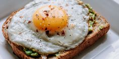 If you want to build muscle at the start of the day, you need to learn how to eat right. Learn how to make a proper bodybuilding breakfast now. Diabetic Recipes, Vegetarian Recipes, Eating For Weightloss, Healthy Breakfast Recipes, Eating Healthy, Brunch Recipes, Breakfast Ideas, Healthy Recipes, Desert Recipes
