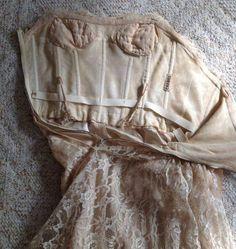 ¿Sabéis para qué sirve esa cinta cosida dentro del vestido de Chanel? Además de reforzar la zona de la cintura, evita que el vestido se mueva de su sitio; ya sea por el peso de la falda que tira hacia abajo o por el movimiento de la persona que lo lleve. (mis primeras puntadas)