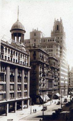Almacenes Madrid Paris Se encomendó la edificación al arquitecto,  D. Teodoro Anasagasti , quien a partir de unos planos de origen francés, concibió un edificio en el que al penetrar en el interior el cliente quedaba