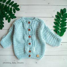Gilet Crochet, Crochet Jumper, Crochet Coat, Crochet Clothes, Crochet For Boys, Knitting For Kids, Hand Knitting, Baby Boy Cardigan, Knit Cardigan