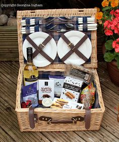 We have a basket like this:) good to take to the Hollywood Bowl