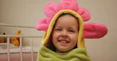 Brighton's old towel was dying, so I decided to make her a new one! Here's how I made this super cute flower hooded towel. Towel Girl, Baby Towel, Baby Sewing Projects, Fun Projects, Sewing Ideas, Project Ideas, Crochet Projects, Hooded Towel Tutorial, Diy Tutorial