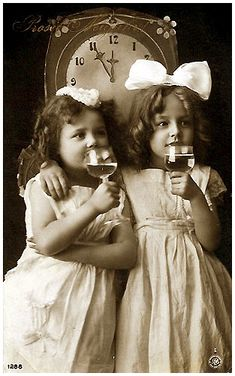 Reinwald sisters-Grete and Hanni tie one on! Vintage Children Photos, Vintage Girls, Vintage Roses, Vintage Images, Southern Gothic, Perfect Smile, Picture Postcards, Daguerreotype, Nouvel An