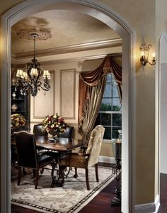 A truly classic and beautiful traditional dining room  (via Myriam Payne)