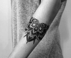 modèle tatouage pour l`avant-bras pour femme avec motif floral
