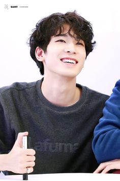 Curly smiley Wonwoo is the best Wonwoo awww Woozi, Jeonghan, Diecisiete Wonwoo, Seungkwan, Seventeen Wonwoo, Seventeen Debut, Seventeen Hip Hop Unit, K Pop, Steven Universe