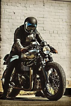 Custom Culture Bobber & Chopper Motorcycles Style, Tattoo and Fashion / Clothing Inspirations Thruxton Triumph, Moto Triumph Bonneville, Triumph Scrambler, Triumph Motorcycles, Triumph Cafe Racer, Cafe Racer Bikes, Cafe Racer Motorcycle, Motorcycle Style, Classic Motorcycle