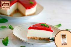 Tarta mousse de chocolate blanco y yogur con coulis de fresas