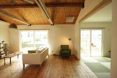 板張り勾配天井とエイジング梁が特徴のレトロ&ナチュラルなおうち