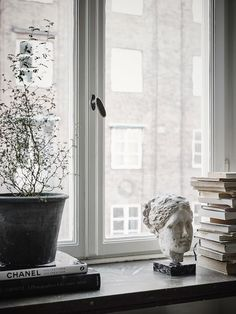 Windowsill decoration 57 ideas how to discover the potential of the windowsill Vardagsrum Diy Interior Styling, Interior Decorating, Diy Interior, Window Sill Decor, Scandinavian Interior, Scandinavian Apartment, Cozy House, Interior Inspiration, Daily Inspiration