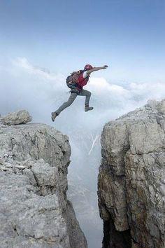 Saltando.