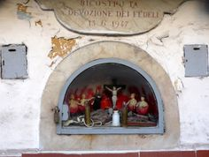 #Altar #Naples #Italy, they used the same puppets as in their famous nativity scenes, but where are their legs?