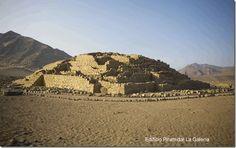 Esta es una de las piramides de Caral,en el Peru,el mas antiguo asentamiento humano descubierto en America del Sur. Data de 5000 años a.c.