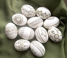 ok, they're eggs, but would look great on rocks! Easter Arts And Crafts, Egg Crafts, Easter Egg Pattern, Carved Eggs, Egg Tree, Easter Religious, Easter 2018, Ukrainian Easter Eggs, Easter Eggs